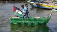 Palästinenser bauen Boot aus hunderten Plastikflaschen