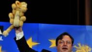 Wahlsieger Bart de Wever mit einem Stofflöwen, dem Wappentier der Flamen