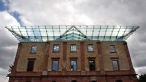 Ruinenromantik unter Stahl-Glas-Architektur