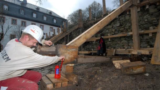 Wagenheber richten alte Klostermauer wieder auf