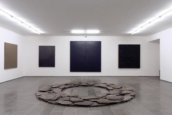Ausstellung die vielen farben von schwarz und grau for Minimal art kunst