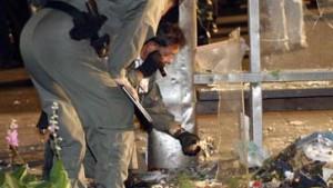 Acht Bomben beenden die Ruhe der Militärs