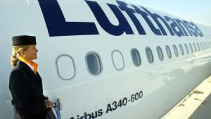Auch die Flugbegleiter drohen mit Streik