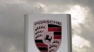 Vor dem Porsche-Forschungs- und Entwicklungszentrum in Weissach