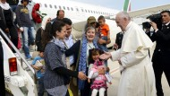 Papst nimmt Flüchtlinge im Vatikan auf