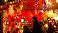 Glühwein und Bratwurst auf dem Weihnachtsmarkt