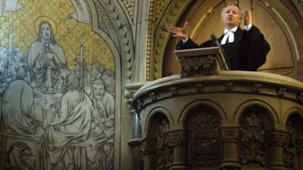 Beim Bonhoeffer-Gottesdienst füllt Fliege die Kirche