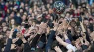 Das erste Fußballspiel der Welt: Ein Ball, alle wollen ihn haben