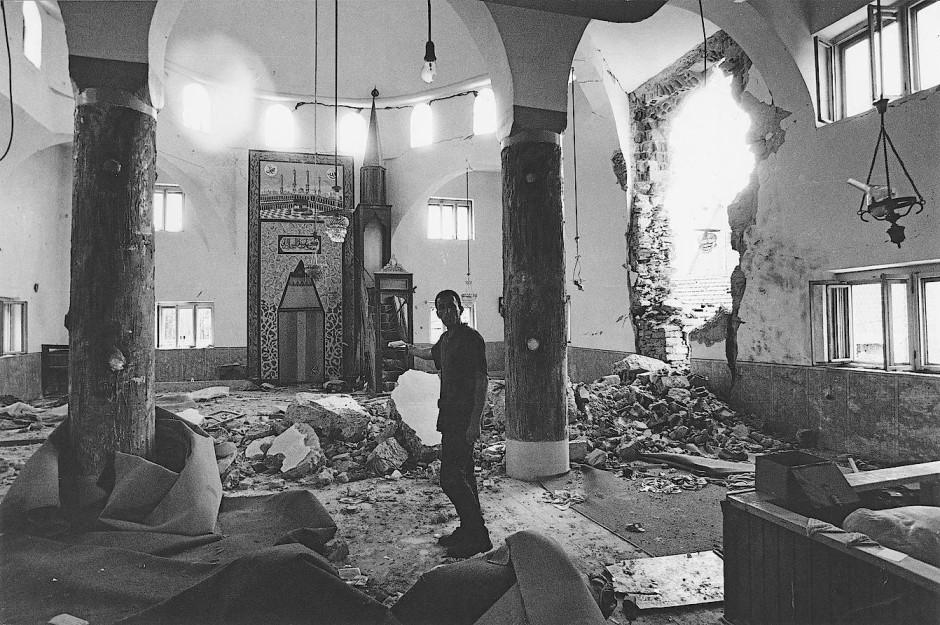 Juni 1999: Diese Moschee bei Prizren wurde während des Krieges schwer getroffen. Dort hatten Flüchtlinge Schutz vor dem Beschuß gesucht,  aber  vergeblich: Ihre bis auf das Skelett verbrannten Körper lagen in einem verschlossenen Anbau.