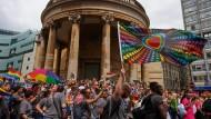 Polizist macht Heiratsantrag auf Pride Parade