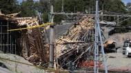 Trümmer begraben Arbeiter
