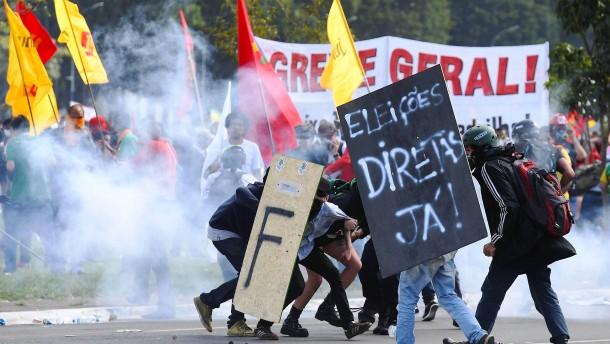 Gewaltsame Proteste gegen Präsident Temer