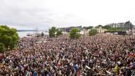 Menschen vor dem Rathaus in Oslo