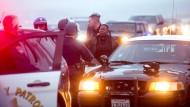 Aktivisten ketten sich an Autos