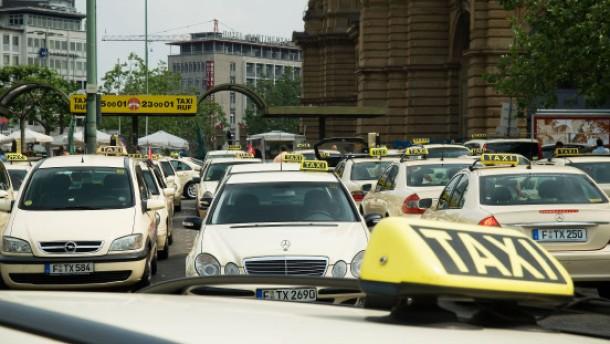 Taxis - Die Taxi Frankfurt eG will die Anzahl der Service-Taxis erhöhen und erreichen, dass am Hauptbahnhof bald nur noch zertifizierte Wagen fahren