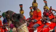 Dudelsacktruppe reitet auf Kamelen