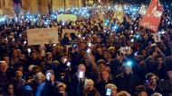 Orbán beugt sich dem Druck der Straße