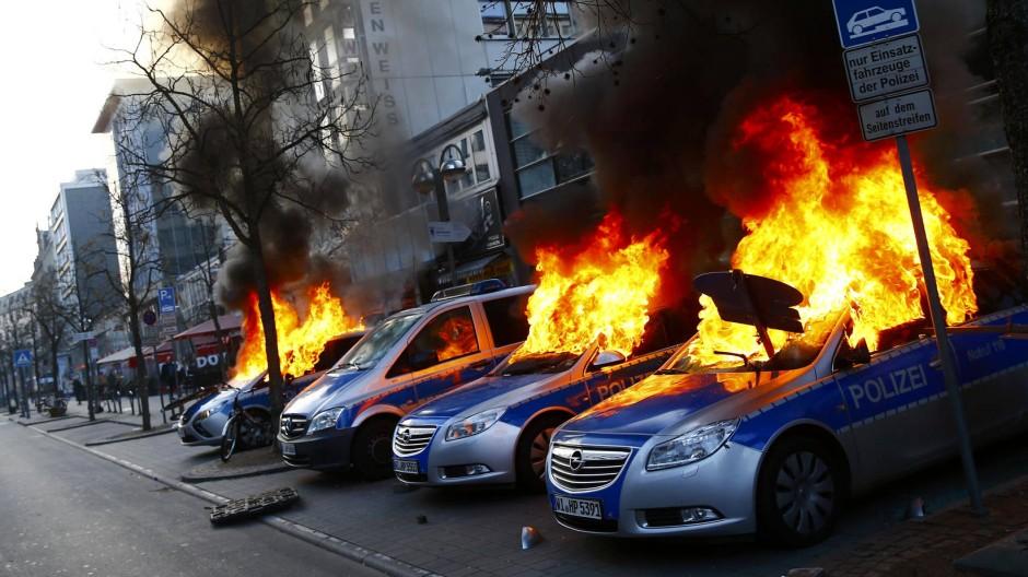 Wenige Stunden vor Eröffnung des neuen EZB-Gebäude in Frankfurt wurden Polizeifahrzeuge von antikapitalistischen Blockupy-Aktivisten in Brand gesetzt.