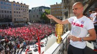 Bayern feiern Double auf dem Rathausbalkon