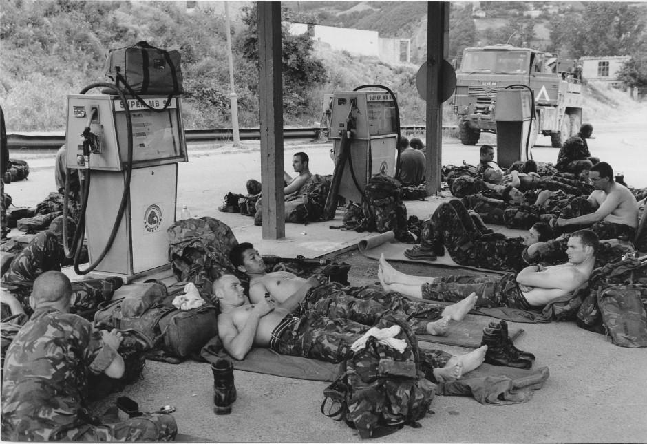 Juni 1999: Ruhe und Kraft tanken - britische Soldaten rasten an einer Tankstelle in Prishtina.