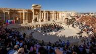 Orchester spielt in den Ruinen von Palmyra