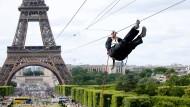 Per Seilrutsche den Eiffelturm hinunter