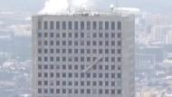 Feuerwehr rettet Fensterputzer vom höchsten Gebäude Houstons