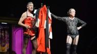 Alte Männer, die Frauenkleider tragen: Michael Palin (l.) und Eric Idle mit viel Spaß auf der Bühne in London