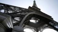 Der Eiffelturm lässt tief blicken