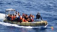Hunderte Flüchtlinge im Mittelmeer gerettet