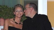 Gebannt lauscht das Prinzenpaar in spe dem Konzert der Eagles am Vorabend ihrer Hochzeit