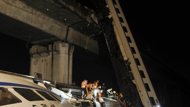Schnellzug stürzt in Fluss - Viele Tote