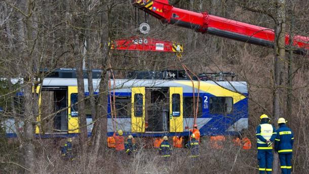 Erste Teile der Unfallzüge abtransportiert