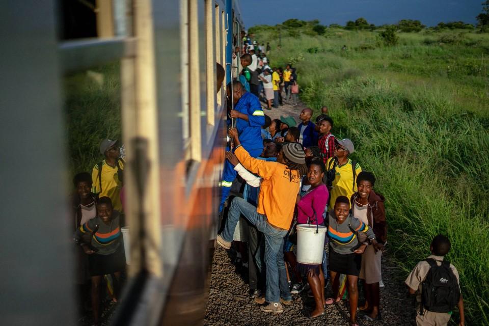 Der Zug ist voll. Es geht noch voller.