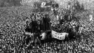 Rumänische Demonstranten vor der Zentrale der kommunistischen Partei in Bukarest am 22. Dezember 1989. Mehr als 1000 Rumänen wurden in den Kämpfen zwischen Demonstranten und Ceausecus Geheimdiensttruppen Securitate getötet.