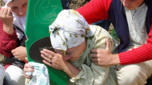 Tausende bei Beisetzung der Opfer von Srebrenica