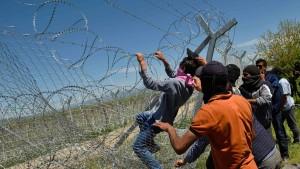 Flüchtlinge in Idomeni stürmen Grenzzaun