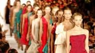 In Reih und Glied - Models laufen für Marc Jacobs