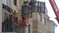 Balkon im vierten Stock gibt nach und stürzt ein