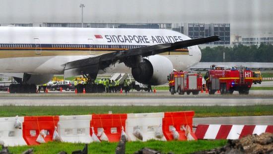Maschine der Singapore Airlines gerät in Brand