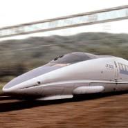 Mit bis zu 270 Kilometern pro Stunde unterwegs: Der Shinkansen, hier auf der Strecke zwischen Tokio und Hakata