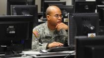 Nicht alles zu sehen: ein amerikanischer Soldat sitzt auf dem Truppenübungsplatz Grafenwöhr in der Opferpfalz vor einem Rechner