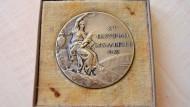Handwerker finden Olympia-Medaille von 1932 in eingemauertem Tresor