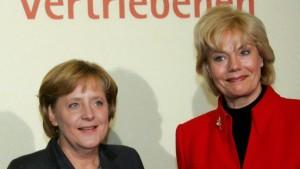 Merkel würdigt Steinbach, Steinbach verteidigt Merkel