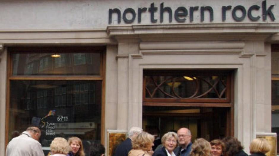Besorgte Kunden vor einer Northern Rock-Filiale