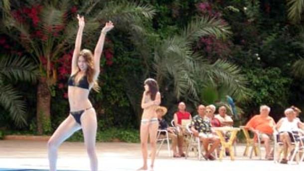 """Bikini-Wettbewerb: Szene am Filmset von Houellebecqs """"Die Möglichkeit einer Insel"""""""