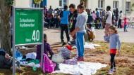 Flüchtlinge in der Warteschleife vor der Bayernkaserne in München