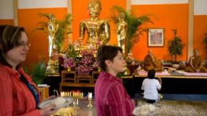 Besucher meditieren mit den Mönchen