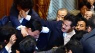 Handgemenge in Japans Oberhaus