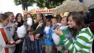 Jugendliche unterwegs: Geld für Süßes haben sie auch dabei